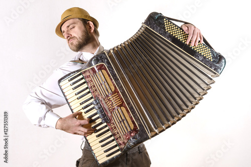 Fotografía  Portrait of a man emotionally playing the accordion