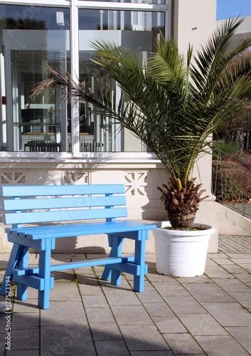 Poster de jardin Europe Méditérranéenne Blaue Parkbank in der Sonne