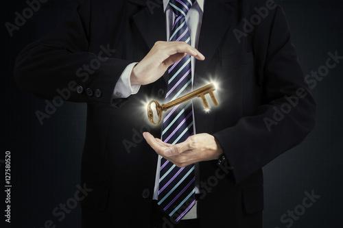 Photo  Businessman holding golden key