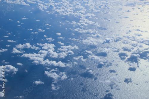 Foto op Plexiglas Arctica 비행기에서 내려다 본 구름과 바다
