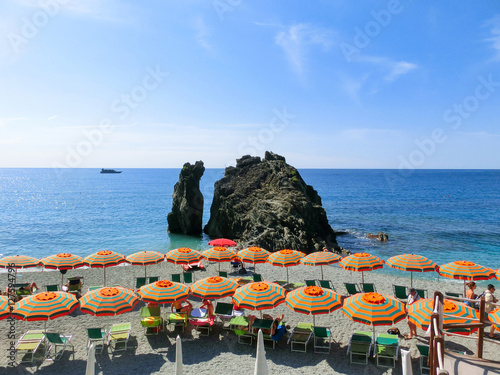 Photographie  Monterosso, Italy - People at the beach