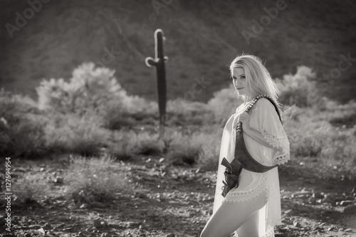 Valokuva  Blonde Model in Desert With Gun