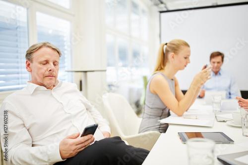 Fototapety, obrazy: Geschäftsmann als Berater mit Smartphone