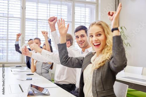 Fotografie, Obraz  Jubelnde Geschäftsleute ballen die Fäuste