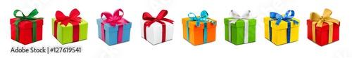 Foto Viele bunte Geschenke vor weißem Hintergrund