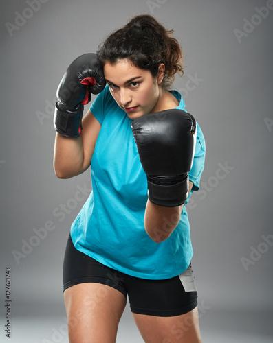 Fotografía  Latino female fighter throwing an uppercut