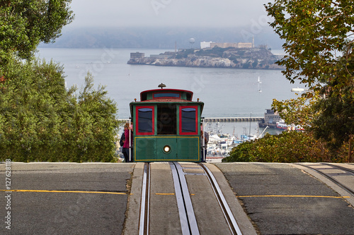 Foto  A cable car cresting a hill in San Francisco
