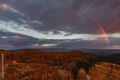 Valokuvatapetti Sunset Rainbow at Sunset Point - Full rainbow over Bryce Canyon as seen from Sun