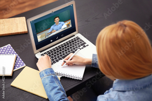 Fotografía  Woman video conferencing with tutor on laptop at home