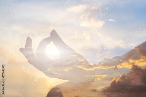 Fotografia serenity and yoga practicing at sunset, meditation