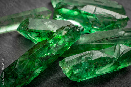 Photo Closeup of a bunch of many green rough uncut emerald crystals