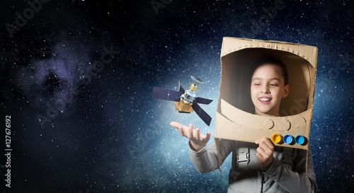 dziecko-pokazujace-swoje-marzenie-o-byciu-w-kosmosie