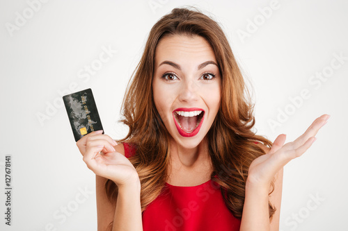 Photo  Happy excited amazed young woman holding credit card