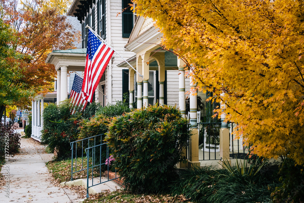 Fototapety, obrazy: Autumn color and house in Easton, Maryland.