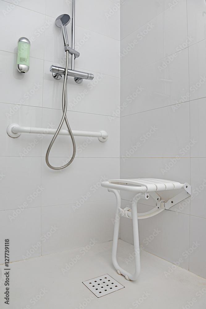 salle de bain douche équipée pour personnes handicapées Foto ...
