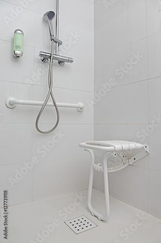 salle de bain douche équipée pour personnes handicapées ...