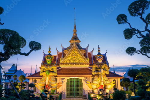 Tuinposter Bangkok famous vintage retro old character the WAT ARUN giants in BANGKO