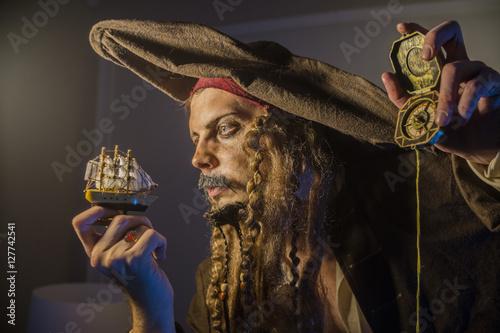 Naklejka premium mężczyzna przebrany za pirata Jacka Sparrowa