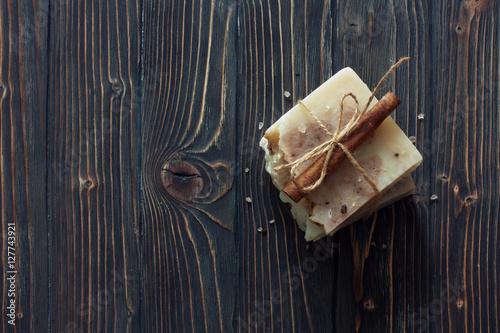 recznie-robione-mydlo-na-ciemnym-tle-drewna