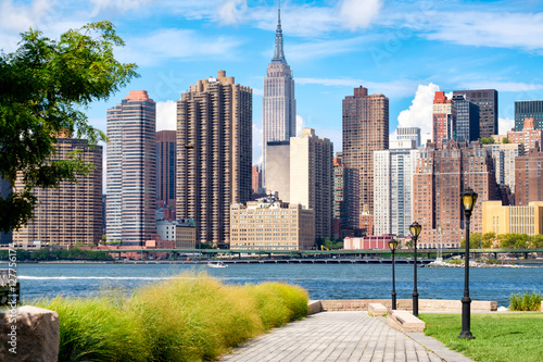 The midtown Manhattan skyline in New York City on a beautiful summer day seen fr Fototapet