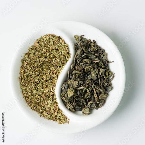 Zdjęcie XXL Zielona herbata liściasta kontra herbata ziołowa w kształcie Yin-Yang