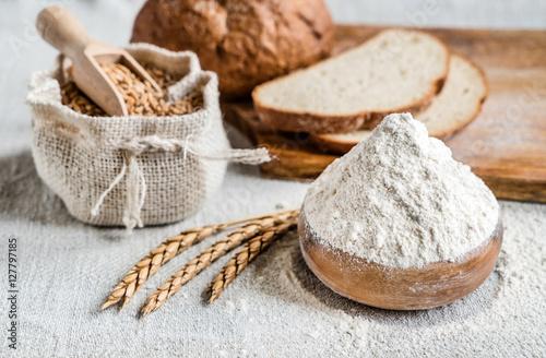 Fotografia wheat and flour on the table