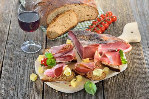 Südtiroler Speckjause mit frischem Steinofenbrot und Bergkäse - South Tyrolean bacon snack with fresh stone oven baked bread and mountain cheese