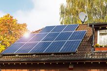 Solarzellen Auf Hausdach Mit Sonnenreflektion