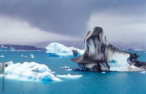 Tuinposter Ijsbeer Eisberge auf dem Jökulsárlòn, im Hintergrund der Vatnajökull-Gletscher, Regenwetter/ Regenwolke, Austurland, Island