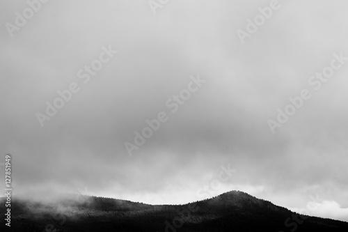 Photo  Black and white overcasted mountain landscape background