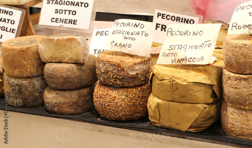 Photo  many types of pecorino cheese of the Italian written the cheese