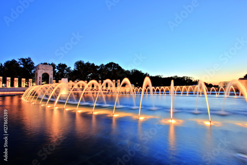 World War II Memorial in Washington DC at Dusk Tableau sur Toile