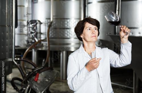 Deurstickers Toscane Sommelier woman on winery