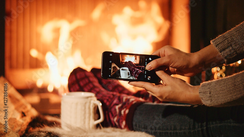 In de dag Chocolade Unrecognizable Woman Hands Taking Cozy Picture on the SmartPhone