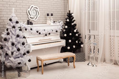 Zdjęcie XXL Czarno-białe choinki w pobliżu biały fortepian. Czołowy