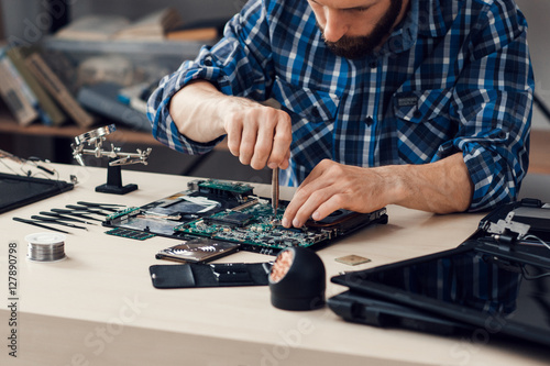 Fotografía  Laptop disassembling with screwdriver at repair shop