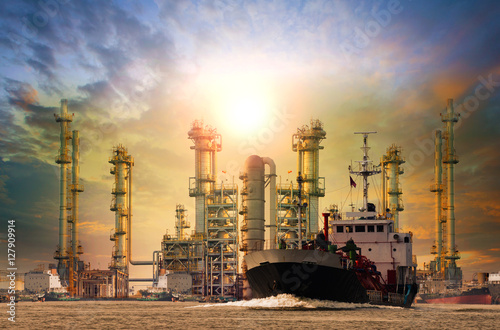Photo  petroleum gas container ship and oil refinery background for ene
