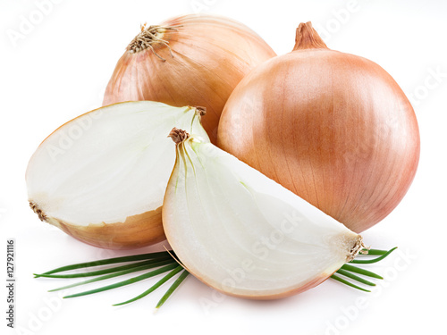 Photo  Bulb onions and green onions isolated on a white background.