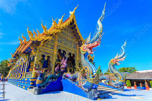 Montage in der Fensternische Tempel Rong Sua Ten temple with blue sky background