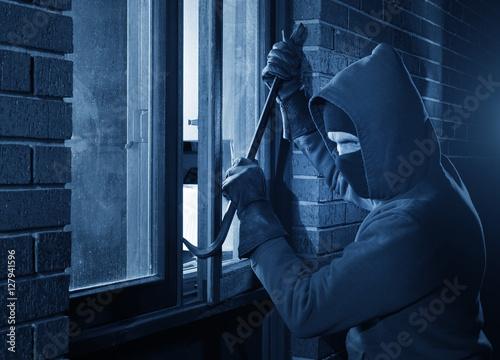 Burglar Using Crowbar To Break Into a House at night with room left and right fo Tapéta, Fotótapéta