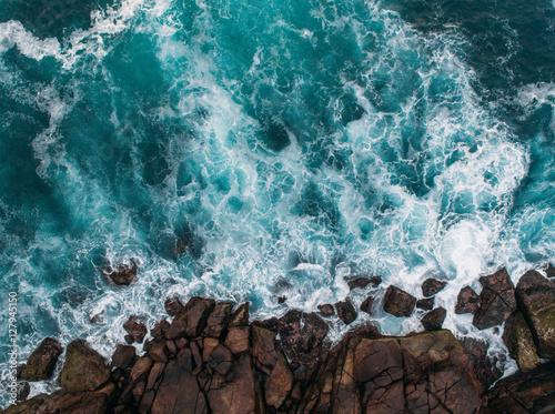 Widok z lotu ptaka na fale oceanu i fantastyczne wybrzeże skaliste