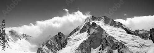 Poster Bergen Black and white mountain panorama in clouds