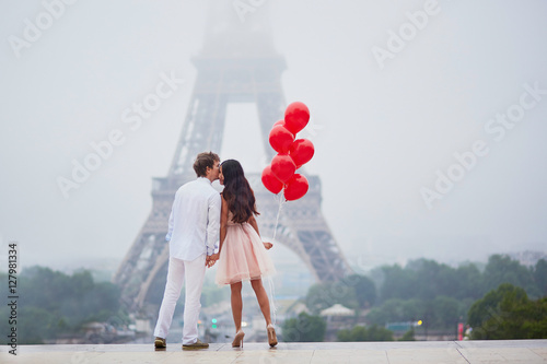 Romantic couple with red balloons together in Paris Wallpaper Mural