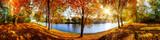Landschaft im Herbst, sonniges Panorama am Waldrand mit Blick auf einem Fluss