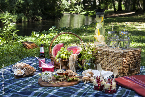 Zdjęcie XXL Piknikowa scena w parku przy wodą