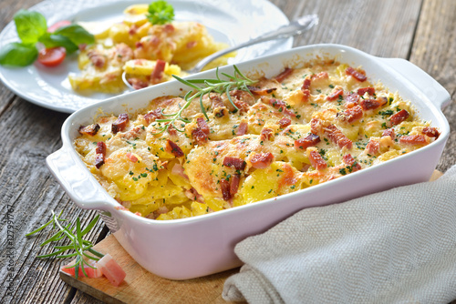 Kartoffelgratin mit Parmesan, Sahne und Südtiroler Speck frisch aus dem Ofen -  Potato gratin with parmesan cheese, cream and cured bacon from South Tyrol