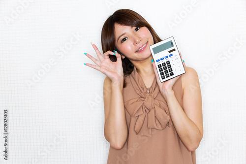 Fotografía  電卓を持つ女性
