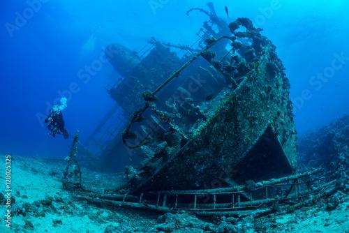 Foto op Canvas Schipbreuk Diver exploring Red Sea wreck