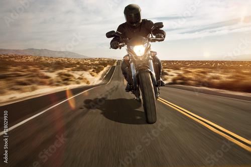 фотография  Motorrad fährt durch die Wüste