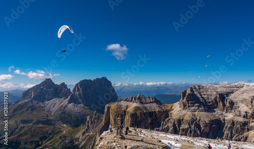 Foto op Canvas Luchtsport Paraglider flying over mountains